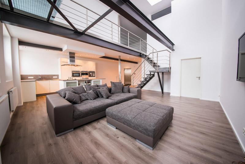 moderne loft wohnung bader haus weiße sofas